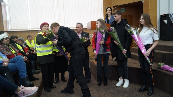 S-au implicat activ şi au fost premiaţi. Bunicii şi nepoţii grijulii din ţară au primit flori şi diplome (GALERIE FOTO)