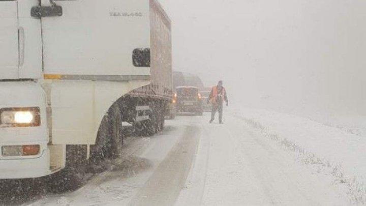 Vremea rea face ravagii în toată țara. Un TIR a rămas blocat pe M1 din cauza ninsorii (VIDEO)