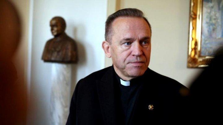 Statuia unui preot catolic, acuzat de pedofilie, a fost răsturnată în Polonia