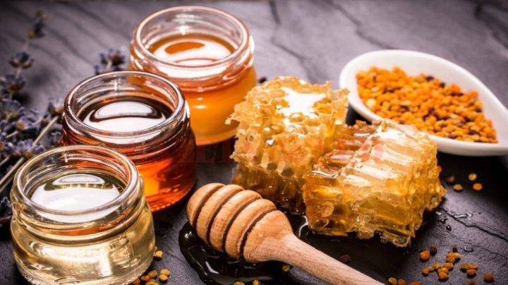 Beneficiile propolisului. Ce conține substanța secretată de albine