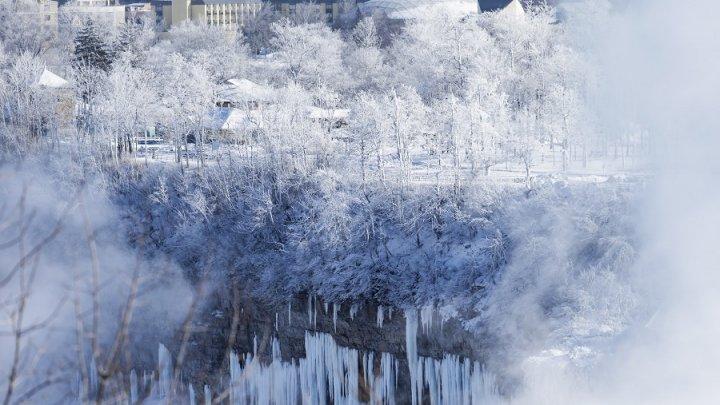 IMAGINI SPECTACULOASE cu Regatul Frozen. Vortexul polar a înghețat cascada Niagara