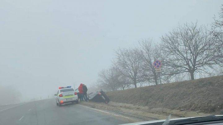 CEAŢA face RAVAGII: O maşină S-A RĂSTURNAT pe şoseaua Chişinău-Orhei (FOTO)