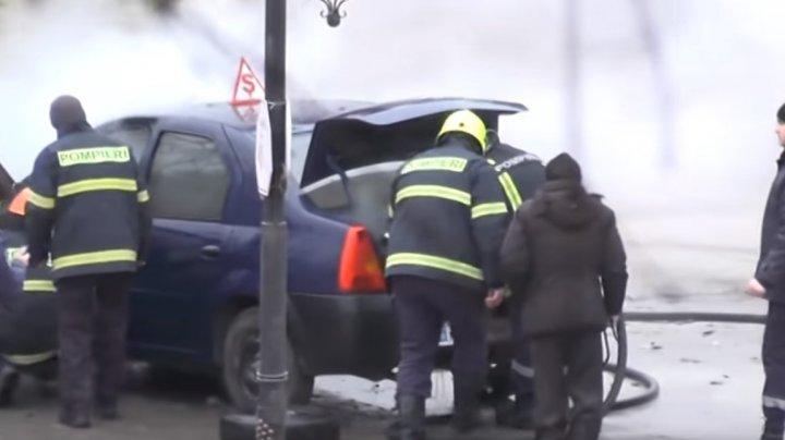 Arde ca o torţă! Mașina unei școli auto din Cimișlia a luat foc în timp ce staţiona într-o parcare (VIDEO)