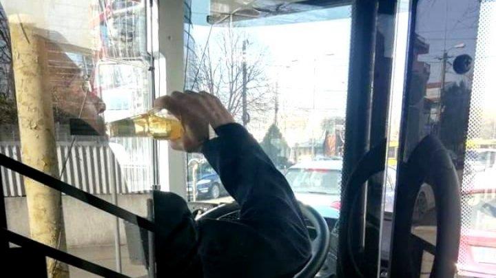 """""""Hidratare"""" la volan: Un șofer, fotografiat cum BEA ALCOOL în timp ce conducea un autobuz cu pasageri"""