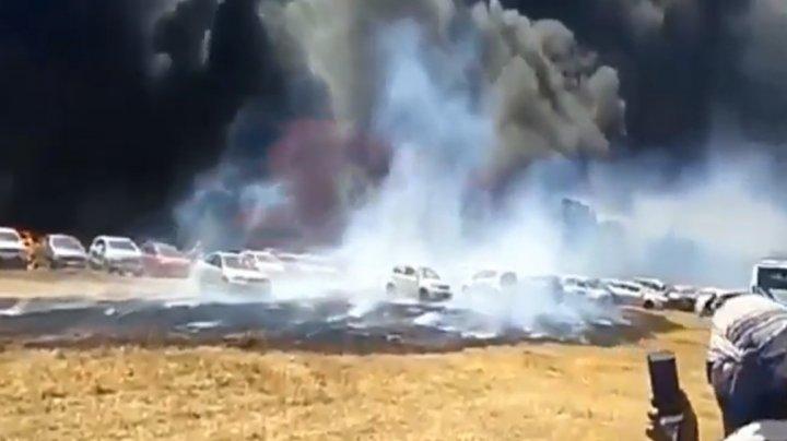 IMAGINI DE GROAZĂ. Sute de mașini, mistuite de foc în parcarea unei expoziții din India (VIDEO)