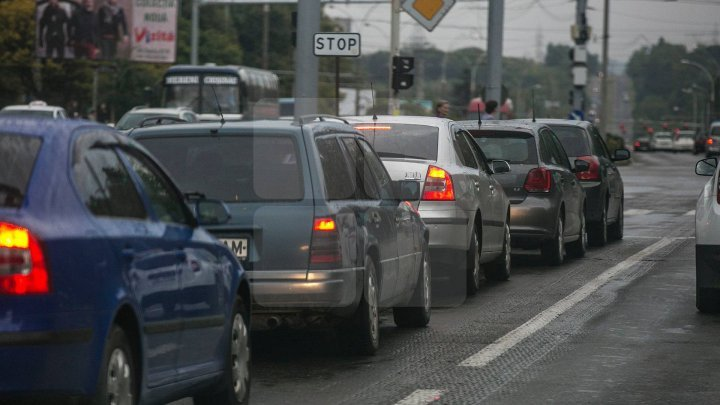 InfoTrafic: Pe mai multe străzi din Capitală se circulă cu dificultate