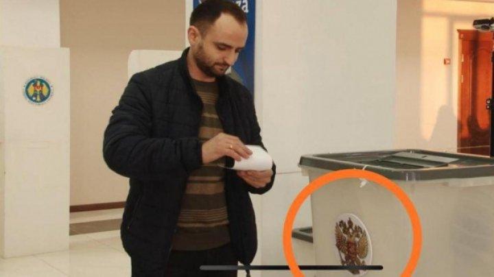 La o secţie de votare din Comrat, alegătorii nevoiţi să pună buletinele într-o urnă de vot cu stema Rusiei. Ce a urmat