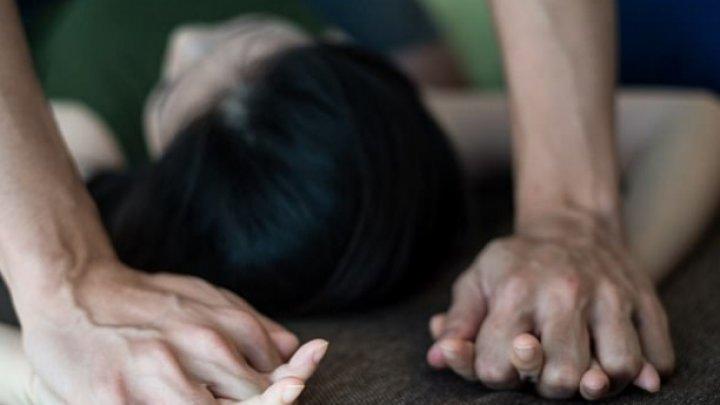 Gest şocant: Și-au DROGAT FIICA de 17 ani, apoi au oferit-o unui amic s-o VIOLEZE sub ochii lor