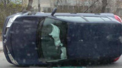 Accident violent în sectorul Buiucani. O maşină s-a răsturnat în mijlocul drumului (FOTO)