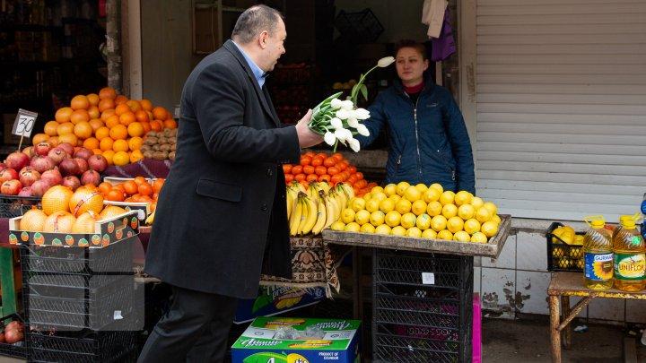 O floare în schimbul unui zâmbet. Angajatele şi vizitatoarele Pieţei Centrale au primit în dar lalele (FOTOREPORT)