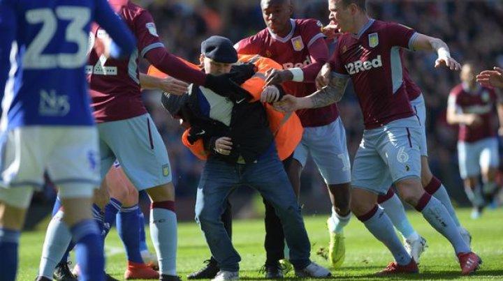 Un suporter al clubului Birmingham City l-a agresat pe căpitanul clubului Aston Villa în plin meci. Care este motivul