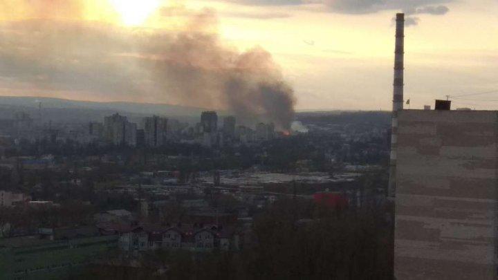 Incendiu PUTERNIC pe strada Petricani din Capitală. Două autospeciale ale pompierilor, la faţa locului (FOTO)