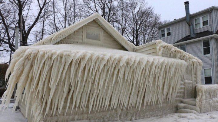 """Imagini spectaculoase pe malul lacului Ontario: Vântul, gerul şi precipitaţiile au """"împodobit"""" locuinţele. Proprietarii, îngrijoraţi"""