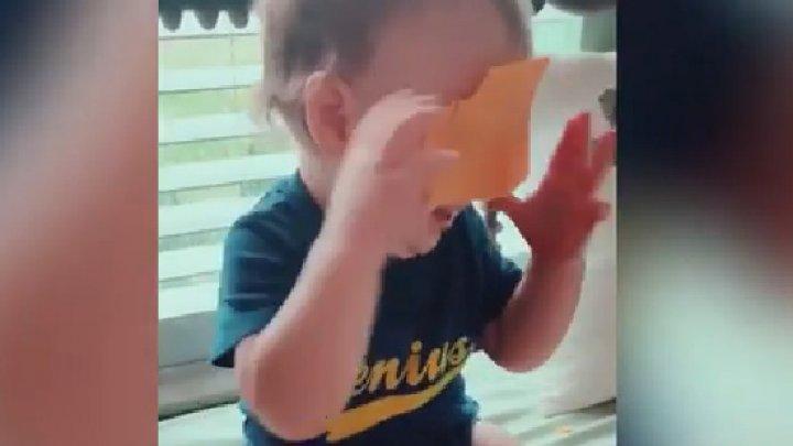 O nouă provocare pe internet. Părinţii aruncă felii de brânză pe feţele copiilor (VIDEO)