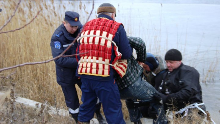 LA UN PAS DE TRAGEDIE! Doi bărbați, salvați de la înec din lacul Ghidighici