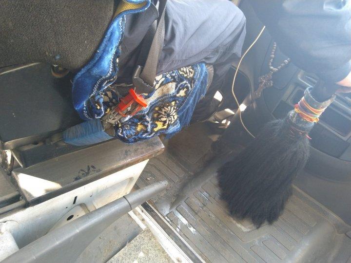 Imagini REVOLTATOARE în microbuzele din Capitală. Pasagerii circulă în MIZERIE și PRAF (FOTO)