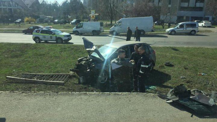 ACCIDENT GRAV pe strada Ismail din Capitală. O maşină A ZBURAT DE PE POD. Sunt răniţi (VIDEO)