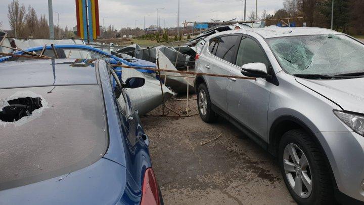 VÂNTUL provoacă PAGUBE în Capitală. Acoperișul unei benzinării a fost smuls, iar mai multe mașini au fost avariate (FOTO)