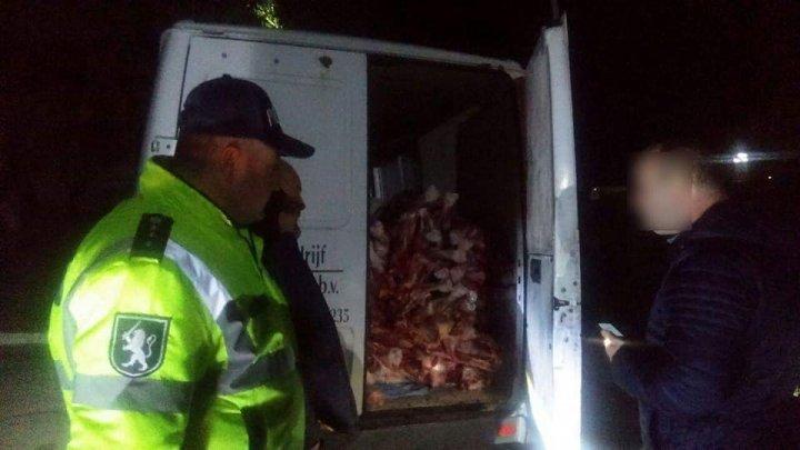 Sute de kilograme de carne fără acte de proveniență, CONFISCATE. Unde urma să ajungă marfa
