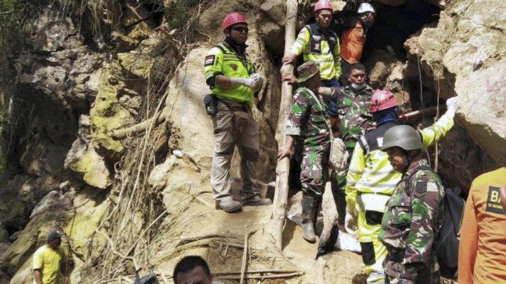 Dezastru în Indonezia. O alunecare de teren a adus moartea a trei turişti, iar alte zeci de persoane au fost rănite
