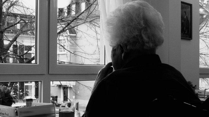 A violat o bătrână de 90 de ani în propria ei casă. Poliţia l-a surprins în flagrant pe tânăr