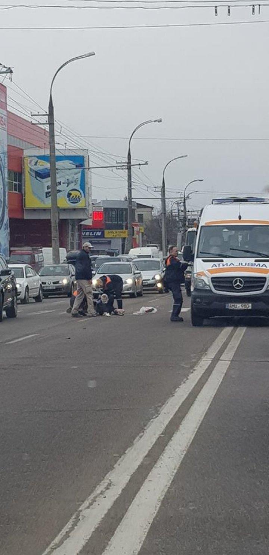 DRAMATIC! Un tânăr, LOVIT de o maşină pe o trecere de pietoni din Capitală. Ambulanţa, la faţa locului (IMAGINI JALNICE)