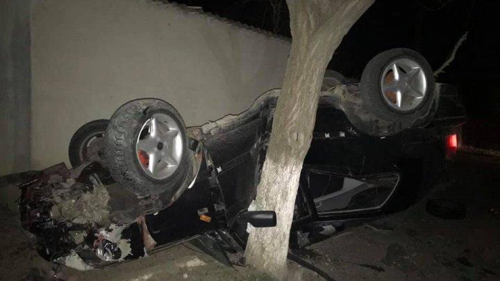 ACCIDENT DE GROAZĂ în Capitală. S-a izbit cu mașina într-un copac şi s-a răsturnat. Automobilul, făcut PRAF (FOTO)