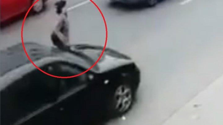 Imagini şocante. S-a aruncat intenţionat în faţa unei maşini care circula regulamentar
