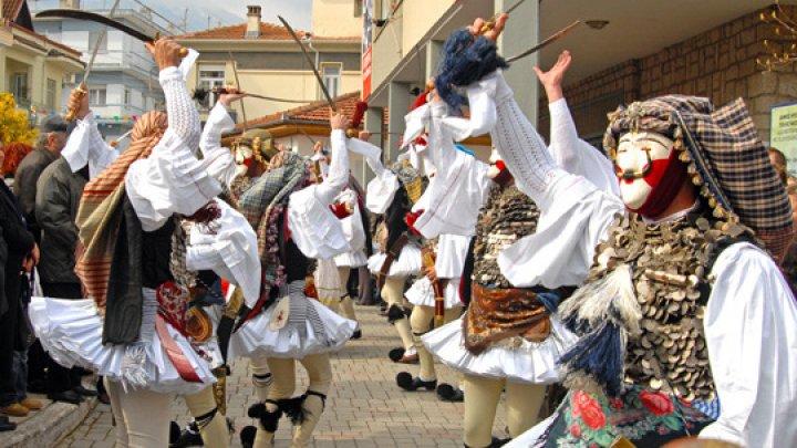 Chef înainte de postul Paştelui. Cum obişnuiesc să-şi cinstească grecii strămoşii, care erau crescuţi de mici de Imperiul Otoman