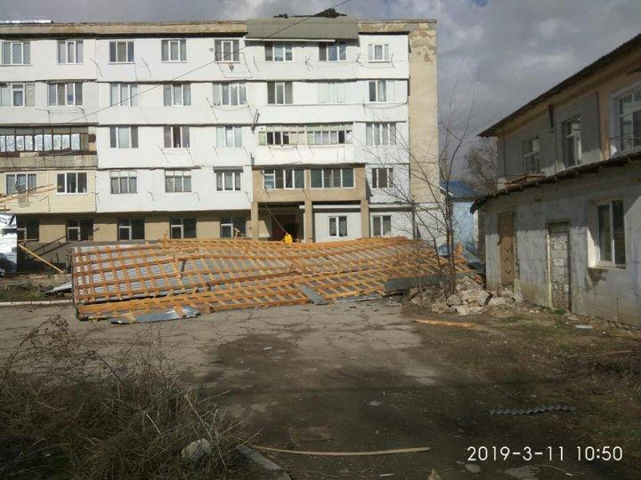 FURTUNĂ PUTERNICĂ la Bălţi. Rafalele au smuls acoperișul unui bloc de locuit cu cinci etaje (FOTO)