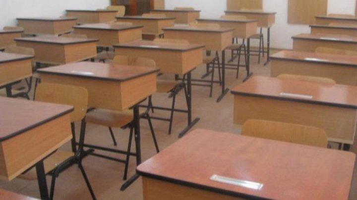 O profesoară a fost bătută şi ameninţată cu MOARTEA de un elev pentru că aceasta i-a interzis să privească filme XXX în clasă