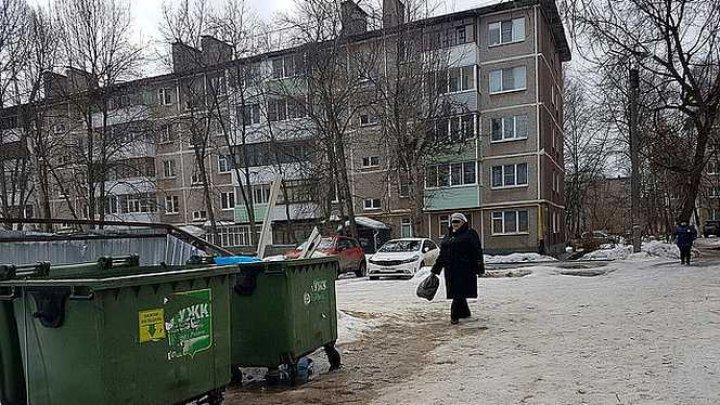 NU SE POATE NUMI MAMĂ. O femeie din Rusia a născut la o petrecere şi a aruncat micuţul ÎN GUNOI ca să se poată distra mai departe (FOTO)