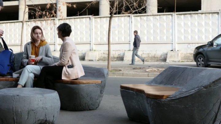 O nouă atracție pentru pietoni în Capitală. Un designer moldovean a creat un set de mobilier urban din beton