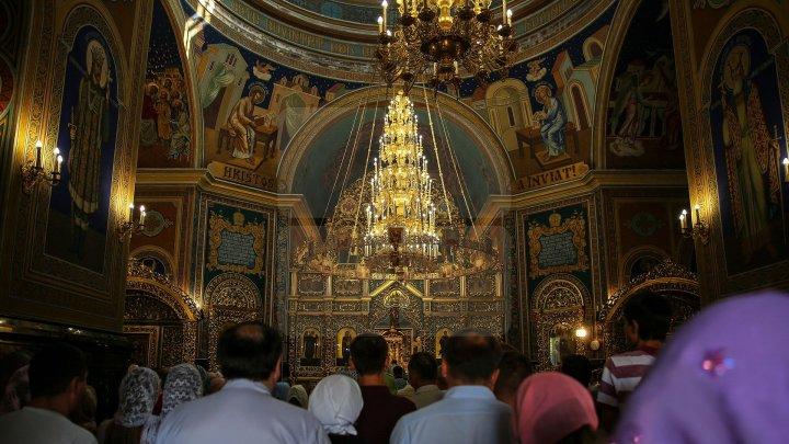 De Sfântul Vasile cel Mare, zeci de creștini au mers la biserică și s-au rugat