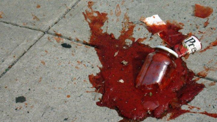 O femeie a lovit un copil cu borcanul în cap, pentru că acesta a luat PUFULEŢI. Care este starea FETIŢEI