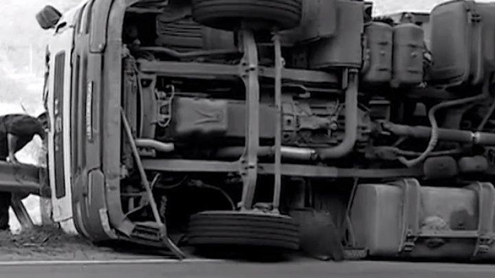 ACCIDENT în raionul Cahul. Un camion S-A RĂSTURNAT într-un şanţ. Ce s-a întâmplat cu şoferul (VIDEO)