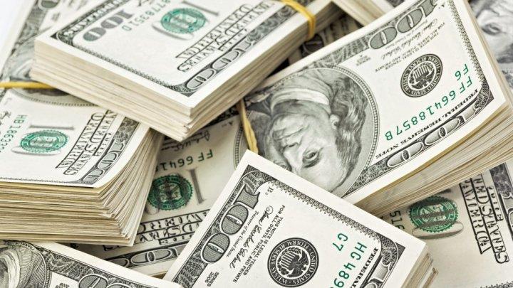 O femeie a găsit 7.000 de dolari într-o haină din magazinul second-hand. Ce a făcut cu banii