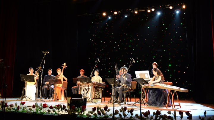 """Festivalul Mărţişor, ÎN TOI. Filarmonica Națională """"Serghei Lunchevici"""" a găzduit un concert al Ansamblului """"Shenzhen Aihua"""" din China"""