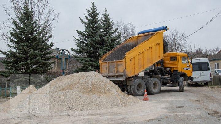 Drumuri bune 2: În oraşul Căuşeni au început lucrările de reparaţie capitală a străzilor (FOTOREPORT)