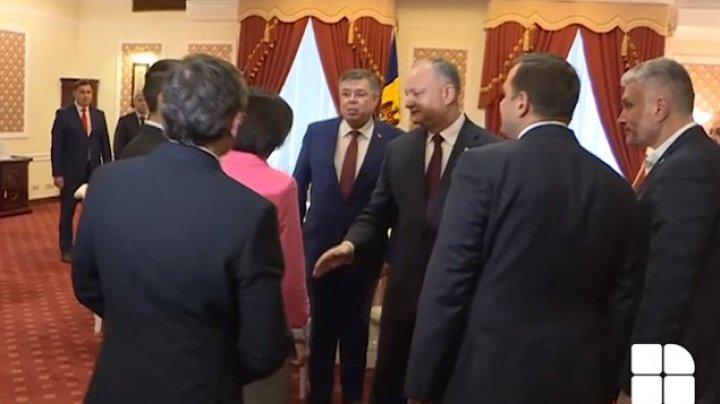 Maia Sandu enervată că jurnaliștii o întreabă de ce nu a dat mâna cu președintele Dodon
