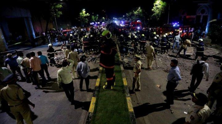 O pasarelă de pietoni din Mumbai a cedat şi s-a prăbuşit. Cel puţin patru oameni au murit, iar alţi 30 au fost răniţi