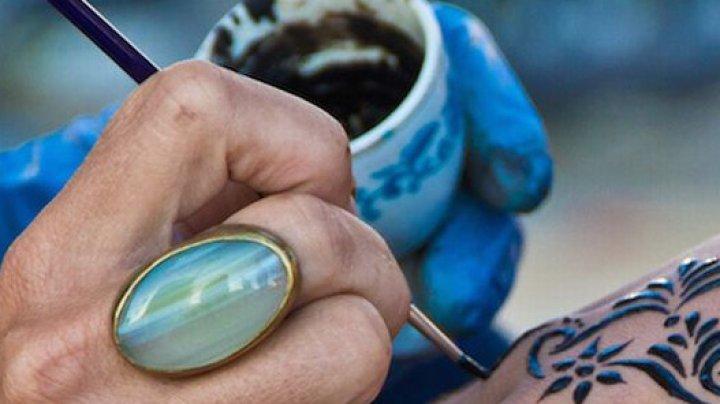 HENNA poate fi PERICULOASĂ. Povestea micuţului care s-a ales cu ARSURI GRAVE după ce şi-a făcut tatuaje temporare (FOTO)