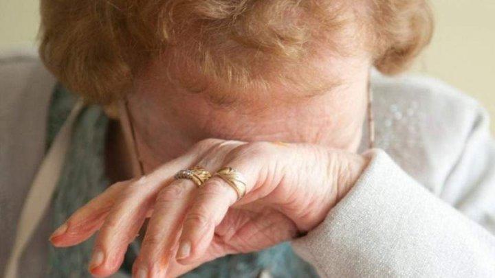 Părinţi bătuţi de PROPRIUL FIU. Bătrânii cer disperaţi de la poliţie un ordin de PROTECŢIE