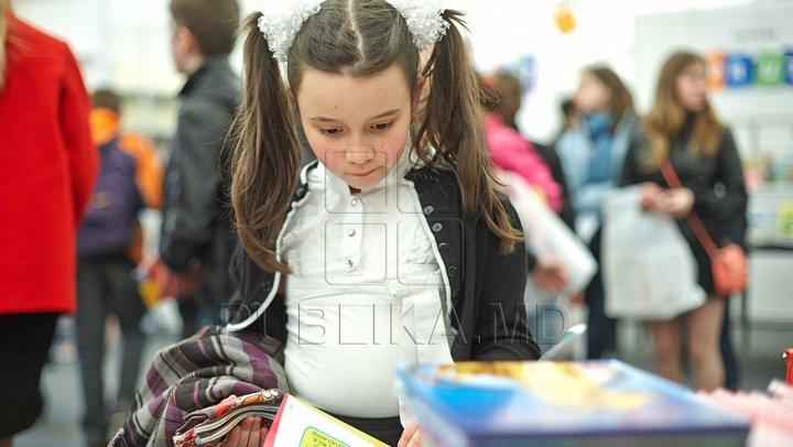 STUDIU: Părinţii, îndemnaţi să continue să le citească copiilor în perioada adolescenţei