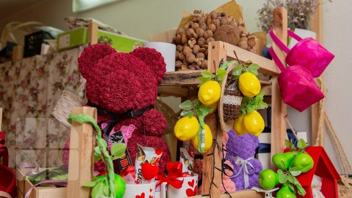 Cadouri INEDITE de 8 Martie. Buchetele realizate din fructe şi dulciuri, tot mai populare și solicitate în Moldova (FOTOREPORT)