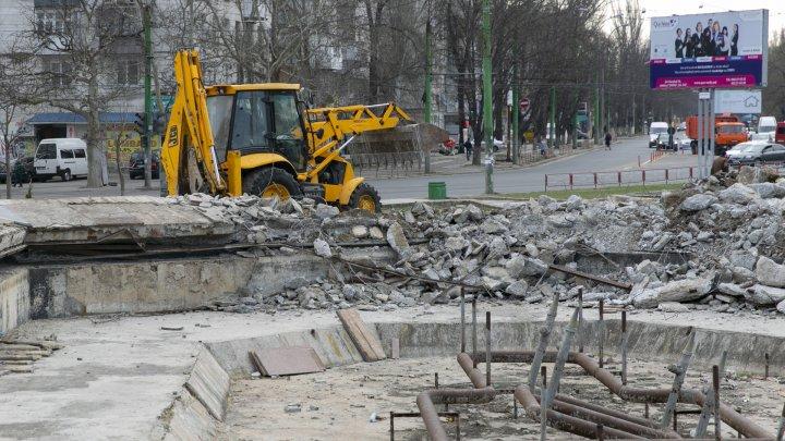 Lucrările de construcţie a havuzului din parcul Valea Trandafirilor au fost prelungite (FOTOREPORT)