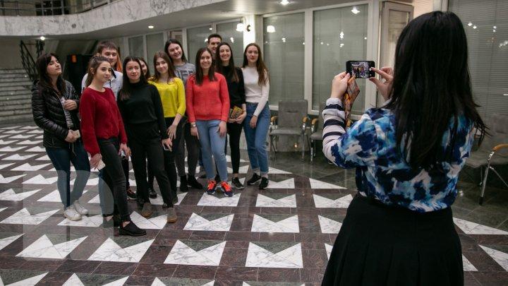 EXPOZIŢIE LA BANCA NAŢIONALĂ. Mai mulți elevi şi studenţi au văzut cum arată un lingou de aur (FOTOREPORT)