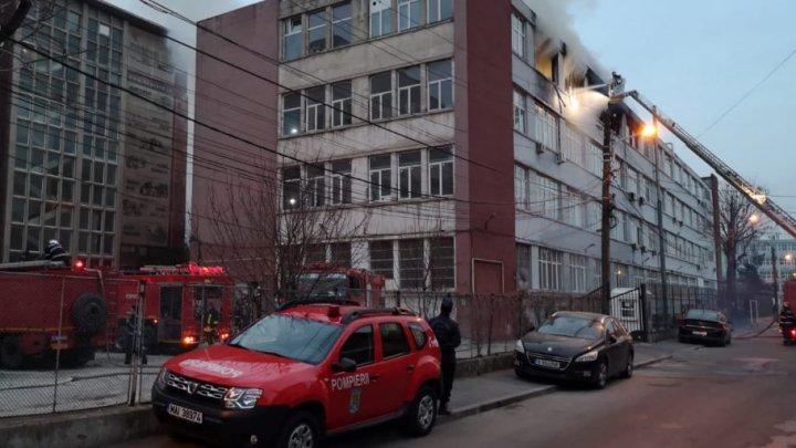 Incendiu puternic în Bucureşti. Un depozit de cauciucuri a luat foc în această seară