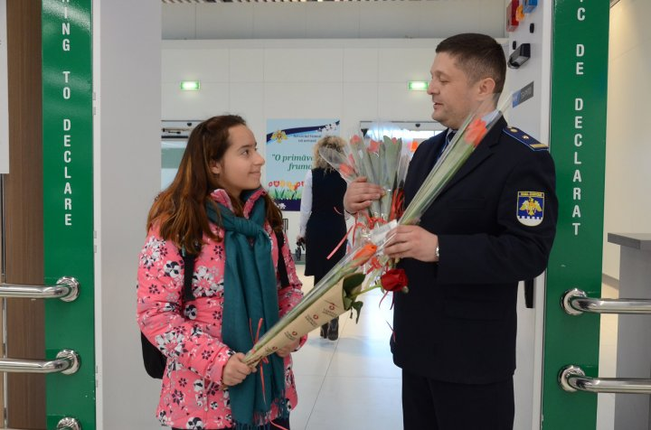 FERICIRE pe chipul lor! Femeile care au trecut frontiera pe la Palanca și Aeroportul Chișinău au primit în dar FLORI şi DULCIURI  (FOTO)