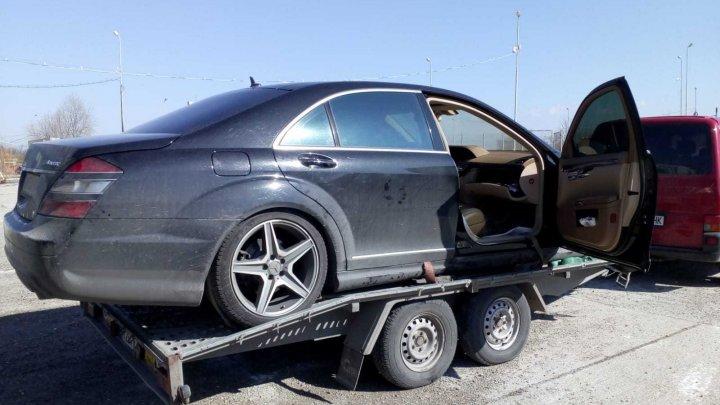 Poliţiştii de frontieră români au descoperit ceva PERICULOS în torpedoul unui automobil tractat de un moldovean. EXPLICAŢIILE bărbatului (FOTO)